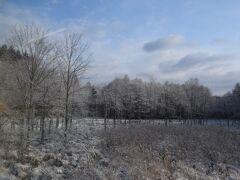 列車は釧路の街中を抜け、すぐに白く雪化粧した原野の中を進みます。朝は曇っていましたが太陽が顔を出して晴れてきました。