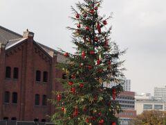 赤レンガ倉庫辺りでは、クリスマスのイベント中。  コロナ禍なので、入場にはスマホで購入したチケットが必要。
