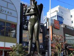 自由が丘駅前のロータリーに立つ自由の女神像「あおぞら」