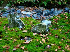 法然院  写真だとわかりづらいかな?なぜかクリスタルのような石がたくさん埋められていました。何だったのだろうか?