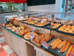 店内に一歩入ると焼きたてのパンのいい香りが香ってきます ずらーっとおかずパンからシンプルなバケットなど色々な種類のパンが並んでいます