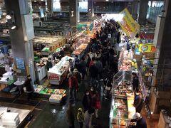 翌日は下関の唐戸市場へ。人気ぶりはこの密っぷりでわかる。