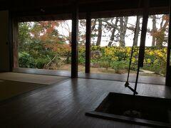 古民家ぼたん苑。中に上がらせてもらうと囲炉裏といっしょに風景が額縁のなかのように見える。
