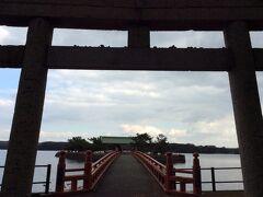 「21世紀に残したい日本の風景」「日本の都市公園100選」「世界かんがい施設遺産」等々数多くの名勝地に選ばれたときわ公園。 ちょっと気になるところがあって、寄ってみた。ときわ神社は湖に入り組むように建っている。 山口県は首相を数多く輩出した県だけあって、お金がよく回っているのか、都市計画も良く考えられているのではないかと感心するところ。時々海外にいるような気分になる。