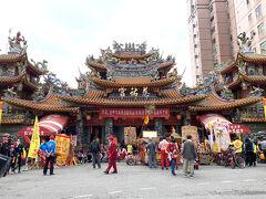 これが松山慈祐宮。1753年、錫口(現松山)に住む人々(福建省泉州出身者)が資金を出し合い建てた媽祖廟。元々はもう少し川に近いところに北に向かって建てられていて、その後、現場所に建設された。台湾は廟を中心に町が栄えるのが一般的で、この地もその例に違わず、廟が建造されると、周りに雨後の筍のように商店が立ち並んだ。