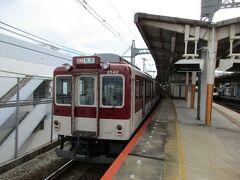 大和八木駅で名古屋行き特急列車の通過待ち。 大阪上本町寄りの2両は、ベテランの2400系でした。