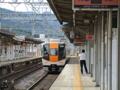 三重県に入って名張駅に停車。 ここでは22000系「ACE」の賢島行き特急に道を譲ります。