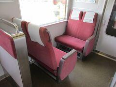 近鉄5200系の転換クロスシート。 後に登場したJR西日本の221系・223系・225系といった車輌の内装のベースになったといいます。