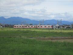 伊勢若松駅の手前で、鈴鹿線の普通電車が走ってくるのが見えました。 私たちが乗車している急行名古屋行きはこの鈴鹿線普通電車と同時に伊勢若松に到着。相互に接続を取りました。