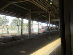 近鉄富田駅は三岐鉄道三岐線との乗り換え駅。 接続の三岐鉄道の普通電車は元西武鉄道の車輌で、昔懐かしの「赤電」塗装で活躍していました。