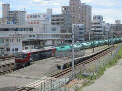 眼下に見える関西本線の線路を、DF200形ディーゼル機関車牽引の石油貨物列車が走り去っていきました。