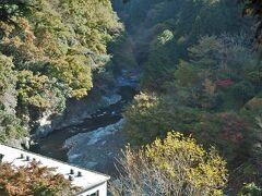 川沿いの道といっても暫くは木々で覆われ展望はなし。開けた場所から秋川渓谷が望めました。この辺りはまだ谷が深い。