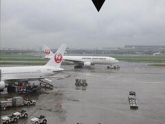 旅に出たのは2014年9月上旬。東京は雨でした。 羽田空港JALサクララウンジから飛行機を眺めて。