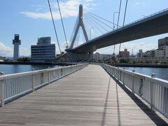 八甲田丸をあとにして海上遊歩道青森ラブリッジを歩いて