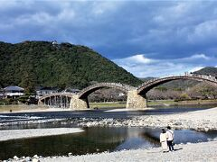 今年の3月まで工事をしていたが、それも終了して雄姿が見られた。 山の上には岩国城。 橋を眺めるのは、ラブラブのはると君とマイちゃん。 (仮名)