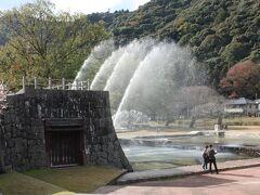 橋を渡り切ったら、そこは吉香公園。 高校の跡地らしい。  昔この辺りは、武家屋敷があったところかな? 噴水がアーチを描いている。 錦帯橋がモチーフかも。