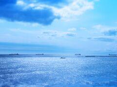 ここは、いわき市小名浜の「三崎公園」(ミサキコウエン)。 以前ご紹介した東北屈指の水族館アクアマリンと観光市場ららミュウから車で5分たらずでゆける「海の見える大公園」です。