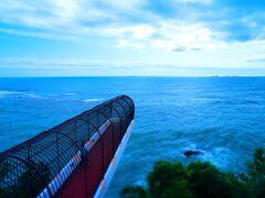 「潮見台」は、その名の通り海が見渡せるデッキが崖から突き出た、ちょっとブルルな施設です。  このシュチュェーションをみるだけでテンション上がります!