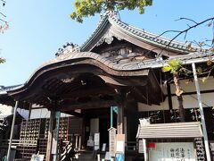 開山は関白豊臣秀次公の生母、瑞龍寺殿日秀尼公。 非業の最期を遂げた秀次公の菩提を弔うために文録5年創建されたものです。 昭和36年に京都から八幡山城跡に移築されました。