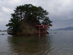 港から少し東に進んだ海岸にある、夢の小夜島。きれいな海岸にある松の生えた島です。 織女神社と同じように、鳥居の右上が跳ね上がっているのは、この島の流儀でしょうか・・・