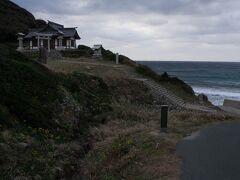 車を走らせて島の北側にある沖津宮遥拝所へ。 ここの世界遺産の構成資産の一つで、立ち入りができない沖ノ島に一番近い(といっても49㎞も離れているそうだが)ところ。
