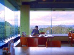 で!お腹もすいたので、公園内にあるレストラン「メヒコ」へ。 ここも眺望バツグン! ちょうどお昼の混雑が終わったあたりだったので角のコーナーをいただきました。