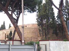 サンロッコ教会近くに、古代ローマの遺跡があります。  アウグストゥス廟。  古代のものが街なかにのこってるのがすごい!!