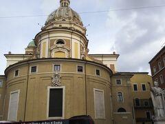 こちらはアウグストゥス廟向かいにある、サンティ・アンブロージョ・エ・カルロ・アル・コルソ聖堂です。  けっこう大きな聖堂でした。  この辺はあちこちにドームを兼ね備えた教会が点在しています。