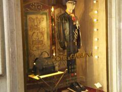 イタリアブランドで有名なドルチェ&ガッバーナ。  歴史的にはまだ浅いですがとてもゴージャスな雰囲気が人気のブランドですね。