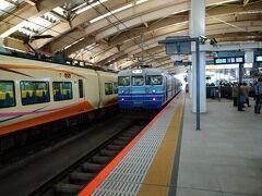 新潟駅で新型車両に混じって115系が来たので思わず写真を撮ってしまいました。