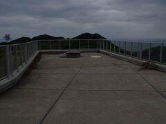 遥拝所から今度は山に登っていきます。 御嶽山の山頂まで車道がつながっていて、山頂には展望台と御嶽山神社があります。