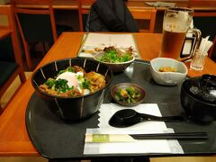 ホテルは2食付きプランだったので夕食のすき焼き丼と生ビールです。 前回は別のホテルでステーキ丼を食べたのですが、今回はそのプランがありませんでした(^_^;)