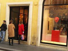 フランスブランド代表のヴィトンはローマではあまり華やかさは感じられないですね。  やはりここはイタリアだから多少気を遣ってるのかも。