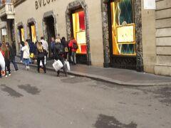ブルガリ。宝飾ブランドももちろんあります。ここはけっこう広かったです。  ウィンドウにはきらびやかなジュエリーが並びます。