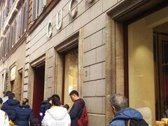 グッチ。こちらもフェラガモと同様本店はフィレンツェにありますが、ここも入店待ちができるほど人気店でした。