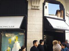 こちらはモンクレール。  防寒のダウンはスタイリッシュで世界的に有名ですね。  こちらも入店待ちの列ができてました。