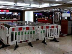 始めは、フランクフルト空港、ターミナル1/Aの到着階の下にあるフードコートです。 ここでは、数軒の店で買ったものを食べられるように、椅子とテーブルを設けてありますが、上述の規制で使えないようにしています。