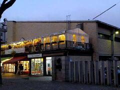クリスマスマーケットとは直接関係ありませんが、メイン会場に程近いところの本来の市場、「小さい市場ホール」(Kleinmarkthalle/ クラインマルクトハレ)です。 なお、2004年まではこれに対して、「大きい」グロースマルクトハレ(Großmarkthalle)という8倍以上の広大な常設市場がマイン河畔にありましたが、欧州中央銀行の新たな本店建設のために空け渡されました。
