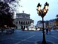 古いオペラ座が鎮座するオペラ広場(Alte Oper im Opernplatz)。 ここも極めて静かです。  ここの位置情報の名称は、笑っちゃいますね。「オーペァー」とまではいわなくても、せめて「オーパー」にしてもらいたいですね。