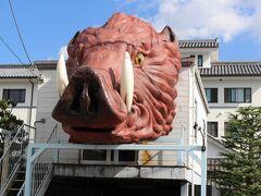 お店を後にして篠山城跡まで歩く途中、大きなイノシシの看板が~ どうやら、ぼたん鍋のお店みたいです・・ 「この俺様を食べるのか!」と、威嚇しているのでしょうか・・(笑)