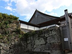 大書院の屋根を眺めつつ、石垣に沿って上って行きました。