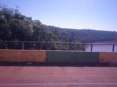 ブラジルのフォス・ド・イグアスとアルゼンチンのプエルト・イグアスを結ぶタンクレド・ネーヴェス橋、ブラジル側からアルゼンチン側へ移動中です。