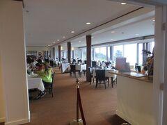 ホテルにあるレストラン「ザ・リム」でディナーです。 (ディナーはコース料金に含まれていました)