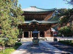 三門を抜けると、重要文化財の仏殿が現れます。