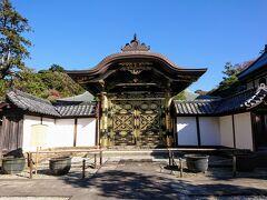 続いて方丈に向かいます。 方丈の入り口にある、重要文化財の唐門です。 金ぴかです。 ここの門は通れないので、脇から方丈に入ります。