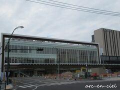 工事中のJR諫早駅を通過し、