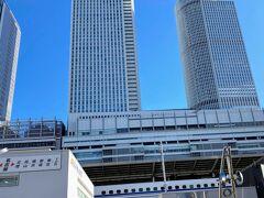 JR名古屋駅に集合しました。  この場所は、他のツアーの出発集合場所になっているらしく 人が集まっています。  「蟹食べ放題ツアー」について行きたくなりました(笑)