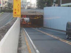 食後、京急線の方へと歩き始める 仙台坂トンネル トンネルの名前は「仙台坂トンネル」だけど、「仙台坂」は昔の呼び方で、現在は「くらやみ坂」というんだそうですよ 「仙台坂」の名前の由来は、江戸時代には仙台藩伊達家の下屋敷があったことによります
