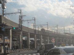 第一京浜へ出ると京急線の高架の向こうに早くも鮫洲駅が見える 青物横丁からは500mほど