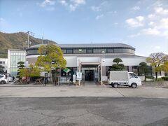 まずは、岩城島港の前のいわぎ物産センターに入ります